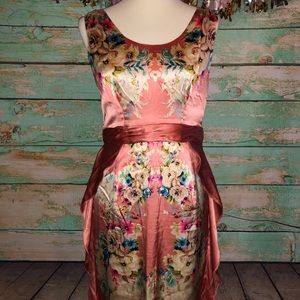 Sleeveless floral dress with vintage look.